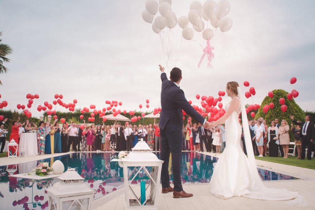 豪華な結婚式を挙げる